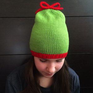 Связанная вручную удлиненная шапка-бини на весну на модели - OlchikKnits